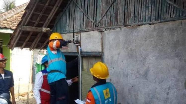 BUMN Bersinergi Bagi-bagi 2.600 Sambungan Listrik Gratis di Banten
