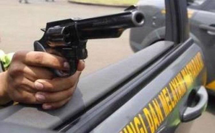 Sempat Menembak Polisi dari Atap Rumah, Pelaku Pencuri Mobil Tewas