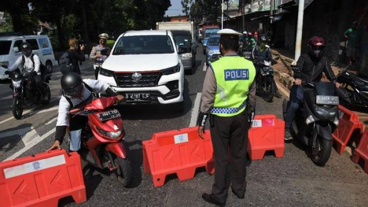 Awas! Penumpang Ojek Online Tetap Diperiksa Petugas di Penyekatan PPKM Darurat
