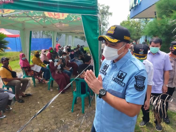 Tekan Kasus Penyebaran Covid-19 di Pasarkemis, Bupati Zaki Monitoring Vaksinasi di Waterboom Batavia Splash